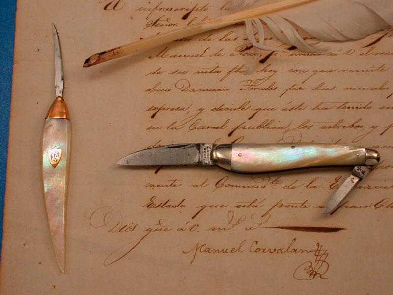 """En el escritorio de todo calígrafo no podía faltar la """"cortaplumas"""", que -como su nombre lo indica– era una pequeña navaja utilizada para cortar las plumas de ave."""